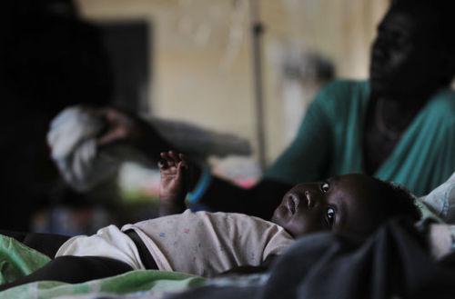 Un enfant infecté par le paludisme, dans un hôpital de Djouba, au Sud-Soudan, en avril 2009