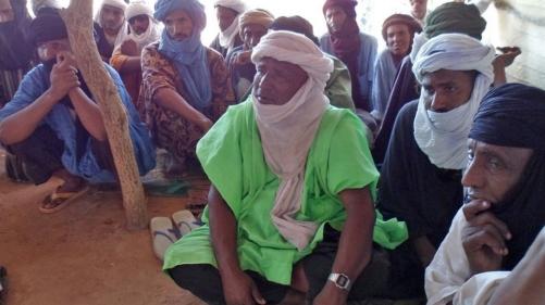 Des Touaregs vivant dans le camp de Mentao, au Burkina Faso, discutent de l'avenir du n