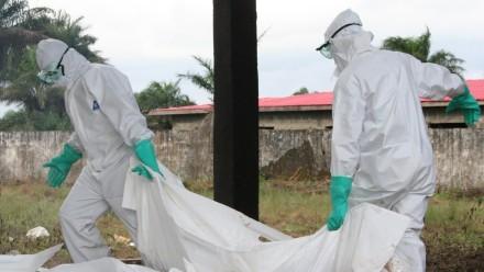 0 dpa Mitarbeiter von Ärzte ohne Grenzen desinfizieren in Schutzkleidung am Ebola-Zentrum der Hilfso