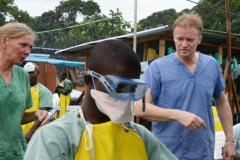 Deux responsables de Médecins Sans Frontières, Meinie Nicolai et Christopher Stokes à l'