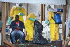 Des personnels médicaux, vêtus de combinaisons de protection, procèdent à une opération