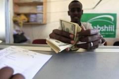Ein somalischer Angestellter bedient einen Kunden in einer Geldtransfer-Filiale.