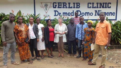 Margret Gieraths-Nimen, Leiterin der Gerlib Clinic in Monrovia, Liberia, mit ihren Mitarb