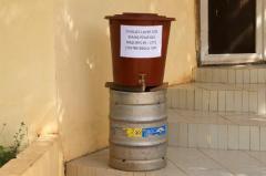Un baquet destiné à se laver les mains pour limiter la propagation du virus Ebola instal
