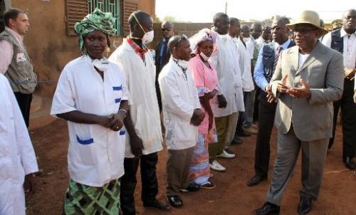 Le président malien Ibrahim Boubacar Keita (d) s'entretient avec du personnel medical da