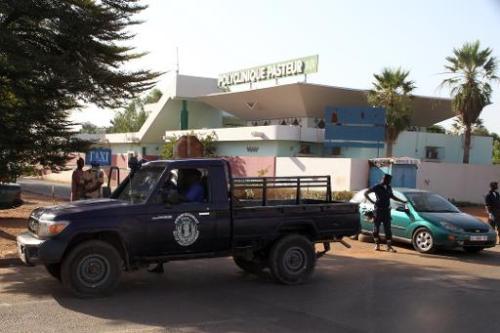 Des policiers devant la clinique Pasteur à Bamako, le 12 novembre 2014 au Mali, où un mé