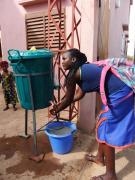 Eine Schülerin am Eingang der Fanyan-Traoré-Schule in Kati