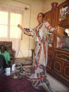 Fatim tanzt zur Musik aus dem Handy / Fatim en train de danser