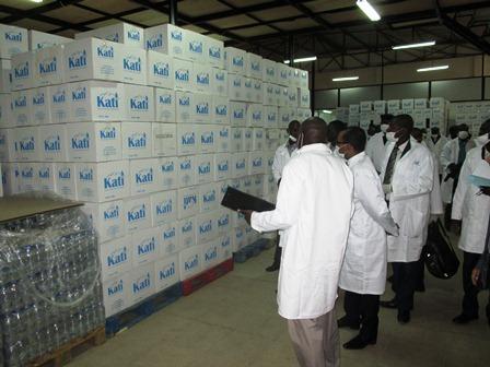 Visite des officiels dans l'usine d'eau minérale de Kati