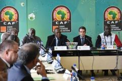 Le président de la CAF Issa Hayatou (c) lors du tirage au sort pour départager la Guinée