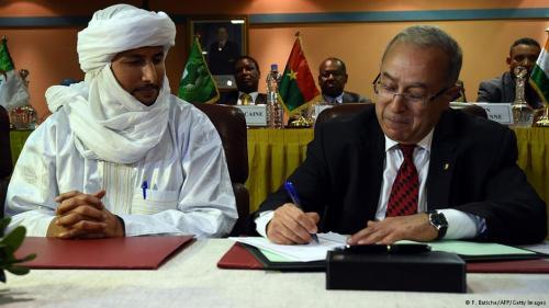 Unterzeichnung des Dokuments durch den Tuareg-Vertreter Bilal Ag Acherif und Algeriens