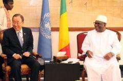 Le secrétaire général de l'ONU, Ban Ki-Moon (g), à côté du président IBK, à Bamako le 20 déc 2014