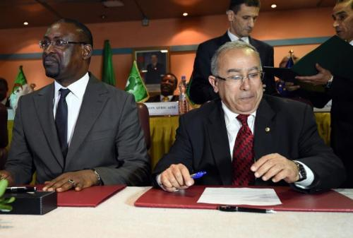 Le ministre algérien des Affaires étrangères,  (d) et son homologue malien