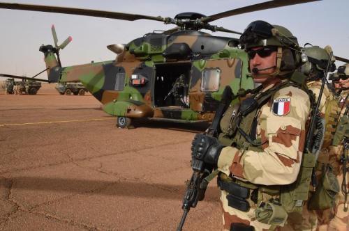Un soldat français de l'opération Barkhane sur une base française près de Gao, au nord d