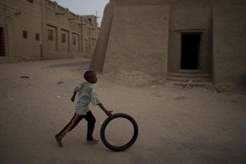 Ein spielender Bub in Timbuktu. Vor dreieinhalb Jahren wurde der Niederländer dort entfüh