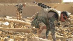 Des soldats français et maliens fouillent les décombres d'une maison explosée dans le ce