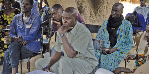 Bakary Traoré bei einer Dorfversammlung in Kourouma