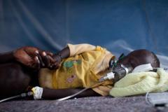 Un petit garçon de 2 ans souffrant d'une crise sévère de paludisme est soigné à l'hôpital de MSF dan
