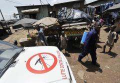 Un employé de l'Institut national d'hygiène publique ivoirien s'apprête à pulvériser de l'insecticid