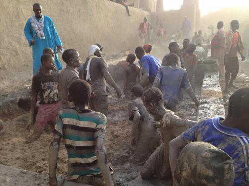 Crépissage de la mosquée de Djenné (2)