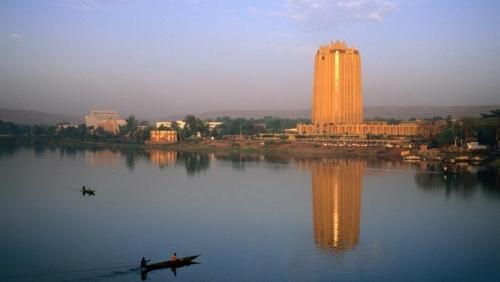 Vue de Bamako, le long du fleuve Niger, avec au premier plan l'immeuble de la BCEAO