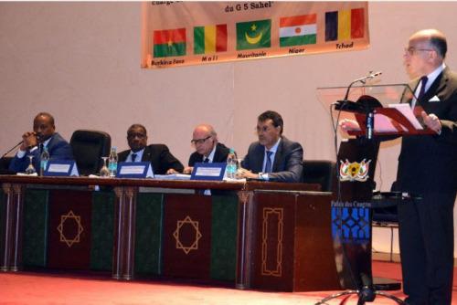 Le ministre de l'Intérieur français Bernard Cazeneuve (d) lors d'une conférence avec des