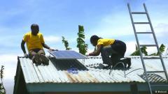 DW 140615Menschen installieren Solarsysteme auf dem Dach