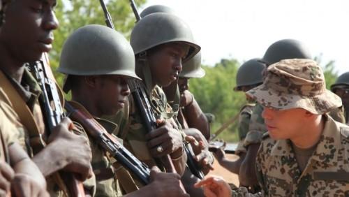 Ein deutscher Soldat mit Pionieren der malischen Armee