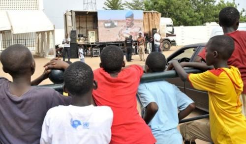 Des enfants observent un camion de la Mission de l'ONU au Mali (Minusma) le 29 mai 2015 à