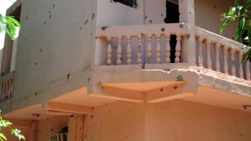 Les murs de l'hôtel Byblos de Sévaré criblé de balles après l'attaque armée, le 8 août 201