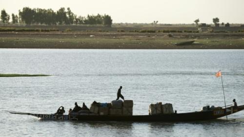 AFP 010915Une pinasse - grande pirogue - sur le fleuve au port de Mopti, le 15 mars 2013
