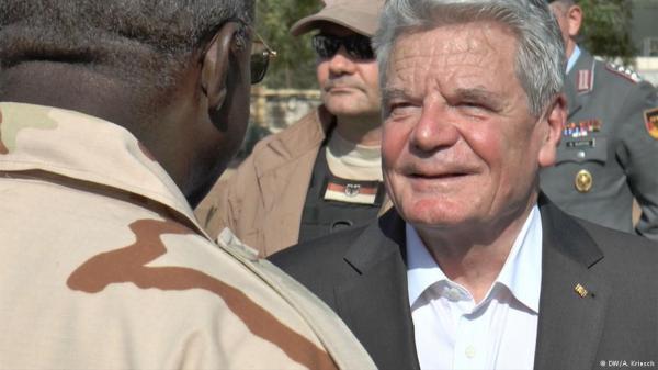 Foto (c) DW/A.Kriesch: Ausbildungsleiter Mamadou Traoré begrüßt Bundespräsidenten Joachim Gauck (r.)