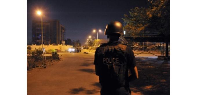 AFP 210316Des policiers maliens patrouillent durant une attaque menée par des assaillants contre la mission de l'UE à Bamako, le 21 mars 2016 au Mali