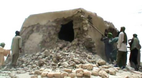 Capture d'écran de militants islamistes détruisant un ancien sanctuaire à Tombouctou le 1er juillet 2012