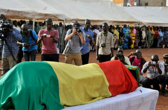 AFP 20.04.16Des photographes devant la dépouille du photographe malien Malick Sidibé