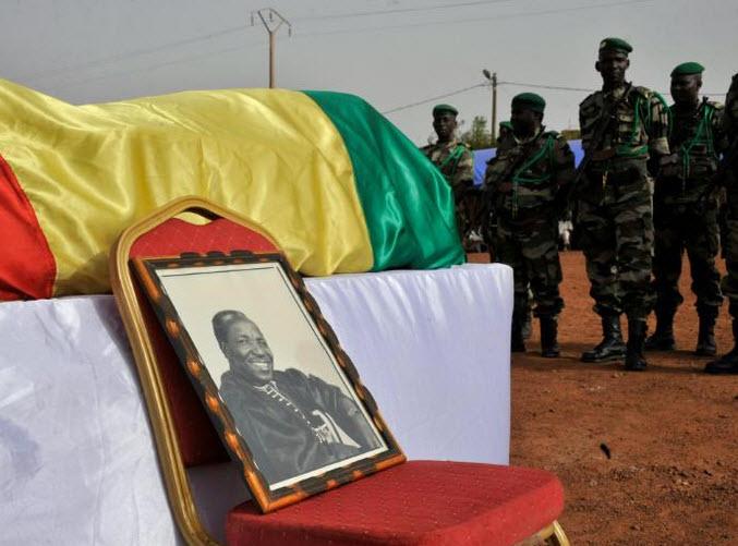 AFP 20.04.16Des soldats près de la dépouille du photographe malien Malick Sidibé