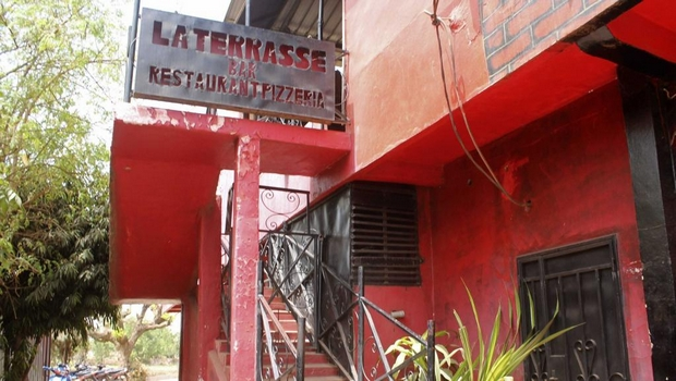 Entrée du bar-restaurant bamakois La Terrasse, où cinq personnes ont trouvé la mort dans la nuit du 7 mars 2015 dans une fusillade.