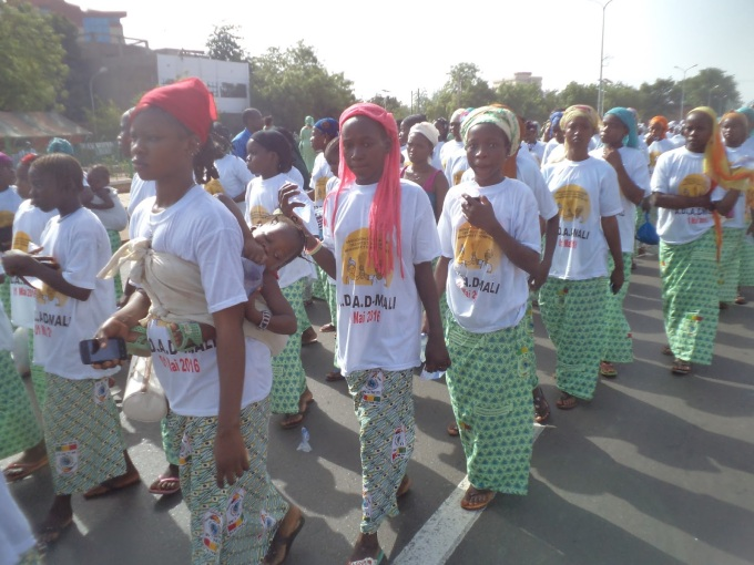 ADDAD Défilé du 1er Mai - les filles sur le Bd. de l'Indépendance