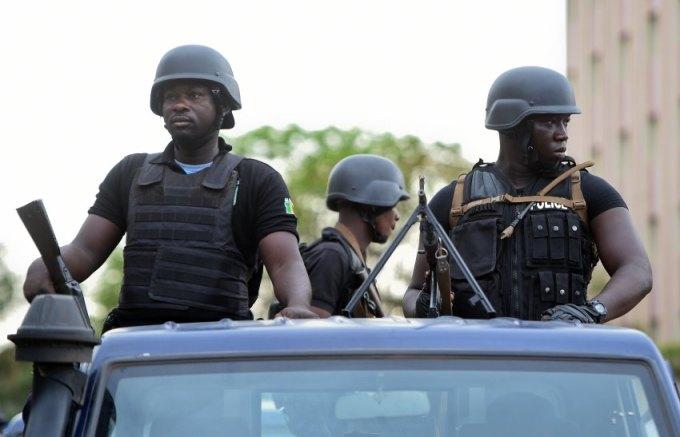 Malische Sicherheitskräfte begleiten am 02.05.2016 in Bamako den Besuch des französischen und deutschen Außenministers in Mali. Foto: Britta Pedersen/dpa +++(c) dpa - Bildfunk+++