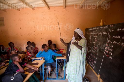 UNICEFThe teacher Farimata Abdou with her students in Djidara school in Gao, Mali, in October 2015