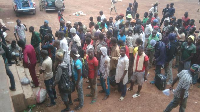 rfi 110816Malische Migranten steigen in Bamako aus dem Bus