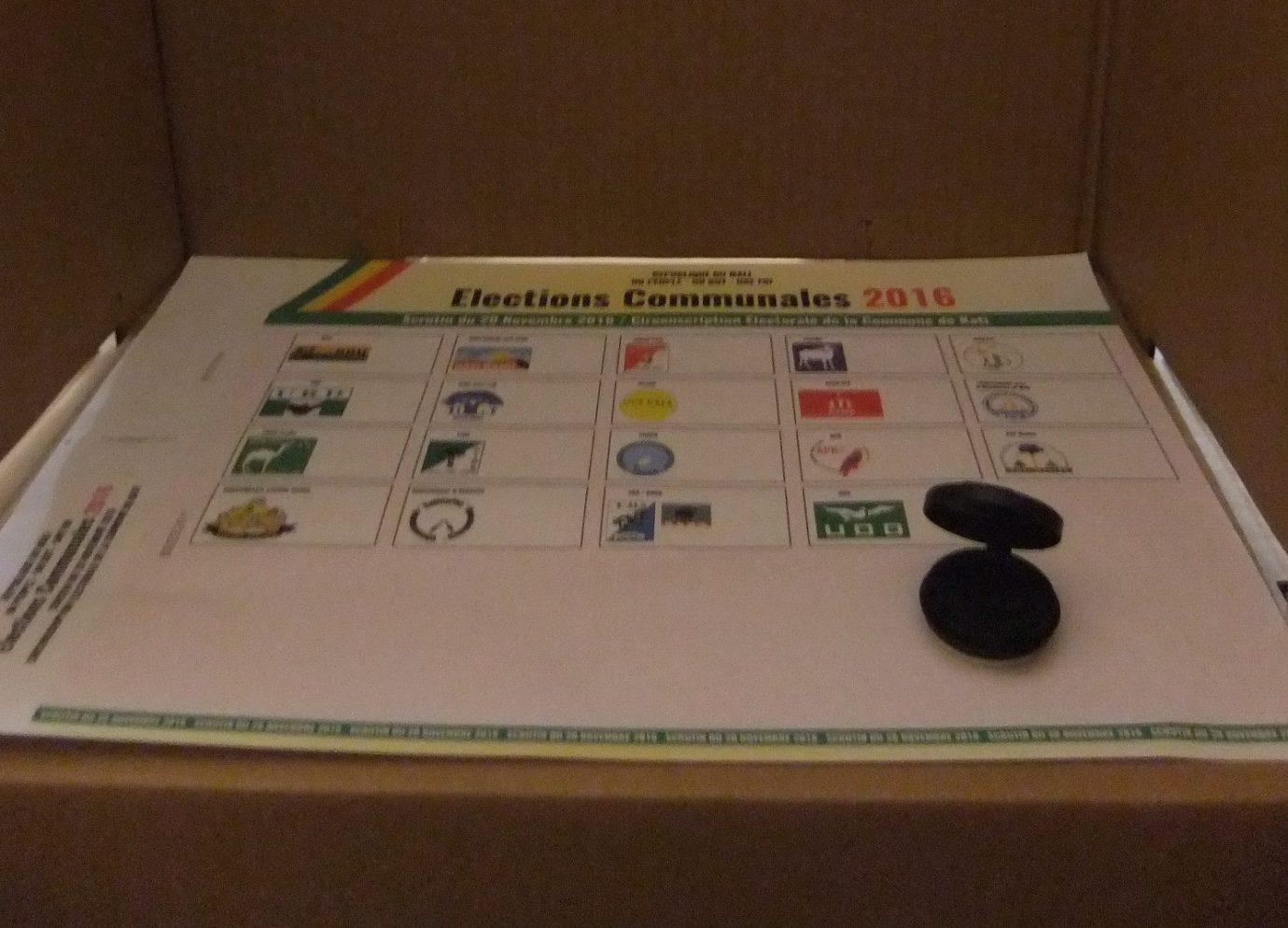 Dans une cabine de vote à Kati - In einer Wahlkabine in Kati am 20.11.2016