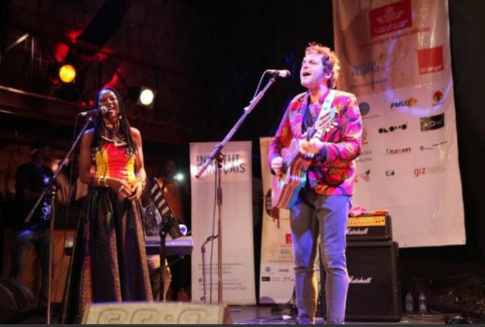 afp-27-01-17lartiste-malienne-fatoumata-diawara-g-et-le-musicien-francais-matthieu-chedid-alias-m-le-26-janvier-2017-a-bamako