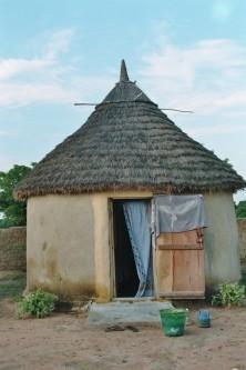 """Une case du campement pour 2 personnes avec lit équipé d'un moustiquaire - Das """"Hotelzimmer"""" im Campement"""