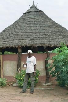 Siriman Camara, guide dans le Mandé et propriétaire du campement à l'entrée de Siby. Appartenant à la confrérie des chasseurs.