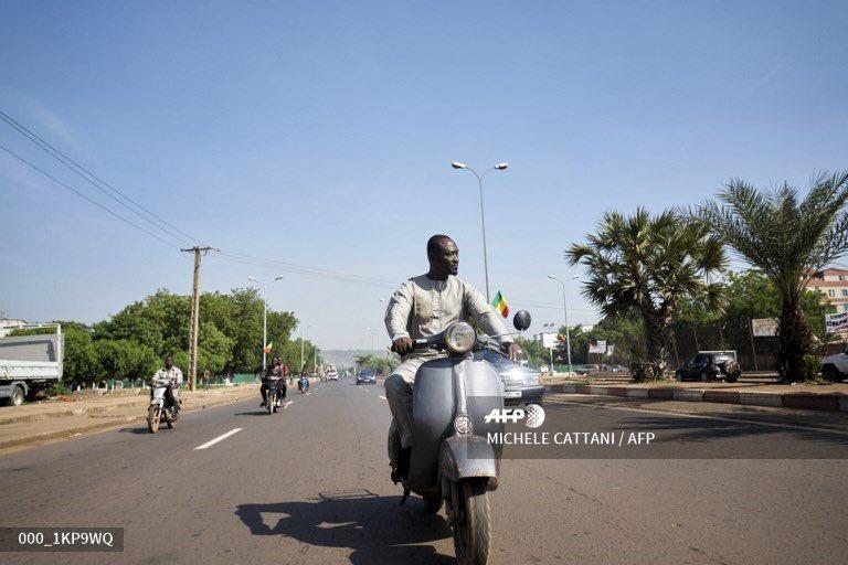 Seydou Seck circule sur sa Vespa dans une rue de Bamako le 21 septembre 2019