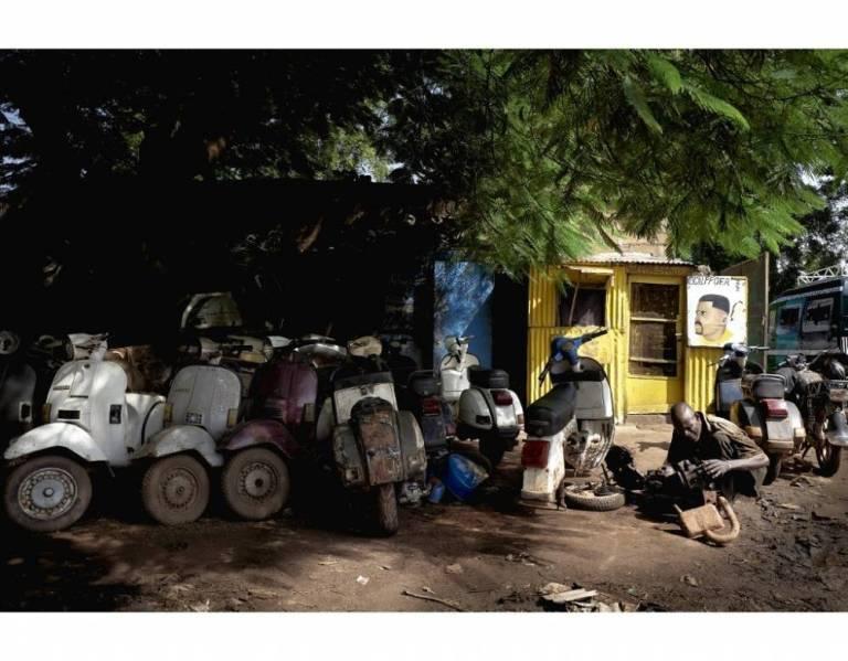 Des Vespa en attente d'être réparées dans un garage de Bamako le 23 septembre 2019