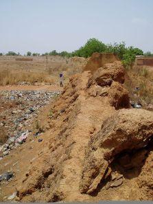 Foto (c) sociolingo.com: Le Tata, murs de fortification en pierre et en latérite qui, une fois séchés, ont atteint la résistance du béton armé, mais sont maintenant exposés à la dégradation.