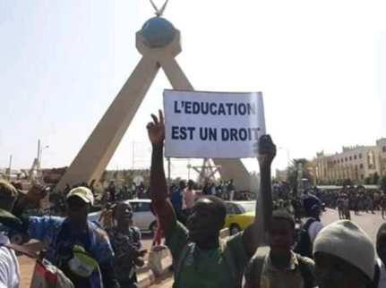 Les élèves dans la rue à la place de la Paix, le 17 janvier: Erziehung ist ein Recht