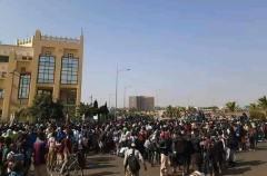 Les élèves devant la Cité Administrative